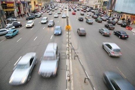 Multe maşini pe şosea