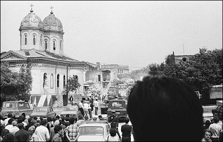 Fotografie din timpul demolarii Bisericii Sf. Vineri, din anul 1987