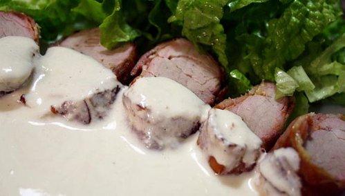 muchi de porc invelit in bacon cu sos de hrean