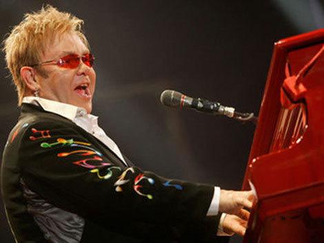 Autobuzele RATB din Piata Constitutiei elibereaza zona pentru concertul lui Sir Elton John