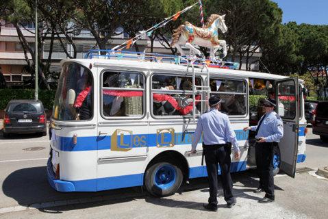 Autocar și polițiști