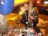 Carmen Plesea mananca shaorma din gunoi