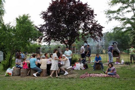 La gratarele din parcul de langa Palatul Copiilor vin familii intregi pentru un week-end reusit