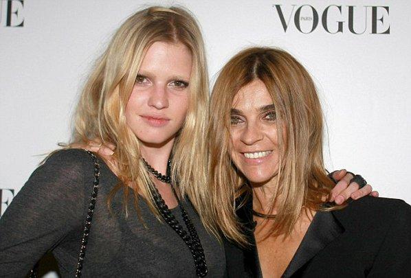 Lara Stone (in stanga), alaturi de Carine Roitfeld - editorul Vogue