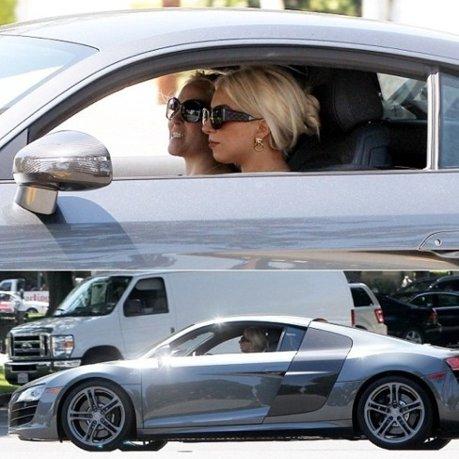 Nu se poate să nu-ți atragă atenția: Lady Gaga la volanul noului său Audi R8 GT