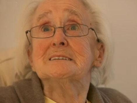 La 86 de ani, bunicuţa se joacă GTA IV (Video)