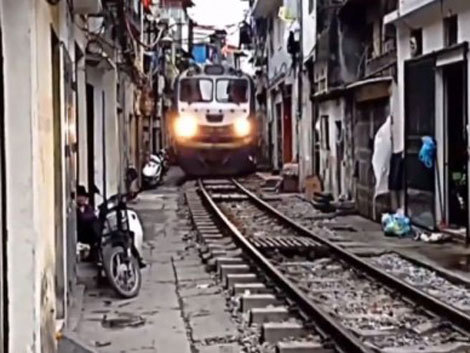 Cum e să-ţi treacă trenul prin faţa casei? (Video)
