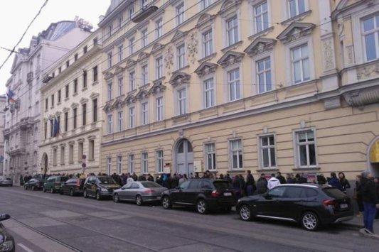 """Ziua în care ICR Viena a fost """"atacat"""" de alegători. Cum au negociat poliţiştii din Austria cu românii"""