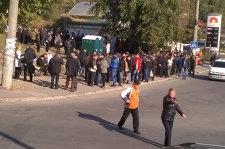 Sute de oameni aşteaptă la Chişinău să voteze. Cozile s-au format încă de la ora 5:00