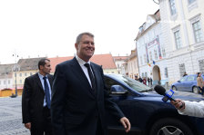 Klaus Iohannis a ajuns acasă, la Sibiu: Abia aştept să-mi văd soţia
