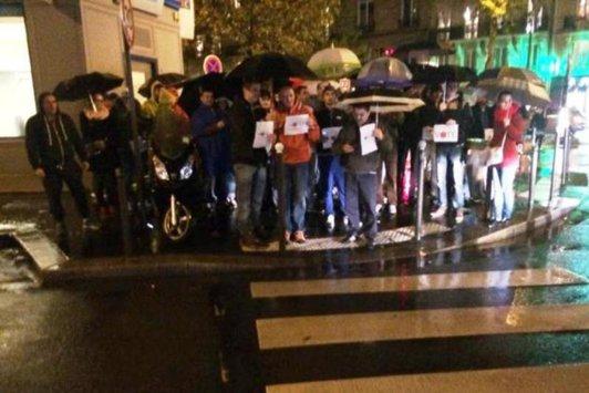 """""""În ploaie ne manifestăm, ca pe 16 să votăm!"""" - Ce mesaj le-au transmis românii din Paris celor din ţară care au """"absentat nemotivat"""" la vot"""