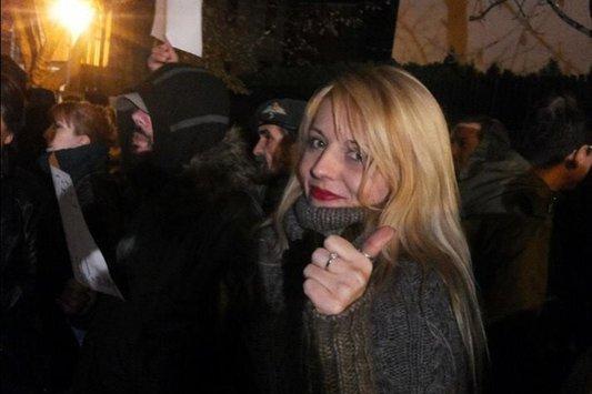 """Actriţa Natalie Ester îl atacă dur pe Victor Ponta: """"Pune-ţi pe pagina FB-ului lozincile care te reprezintă! """"Moarte intelectualilor !"""", """"PNL şi PNŢ, să ne pupe-n FSN !"""""""""""