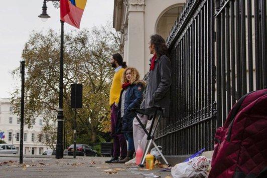 Românii din Londra şi-au lăsat rând la vot. GALERIE FOTO