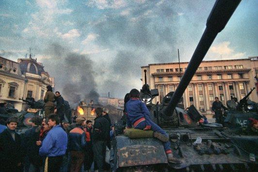 22 decembrie 1989. Ziua în care Ceauşescu a fugit. Zeci de mii de oameni în stradă, sub tiruri de gloanţe