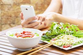 Ce se întâmplă când foloseşti smartphone-ul în timpul pauzei de masă