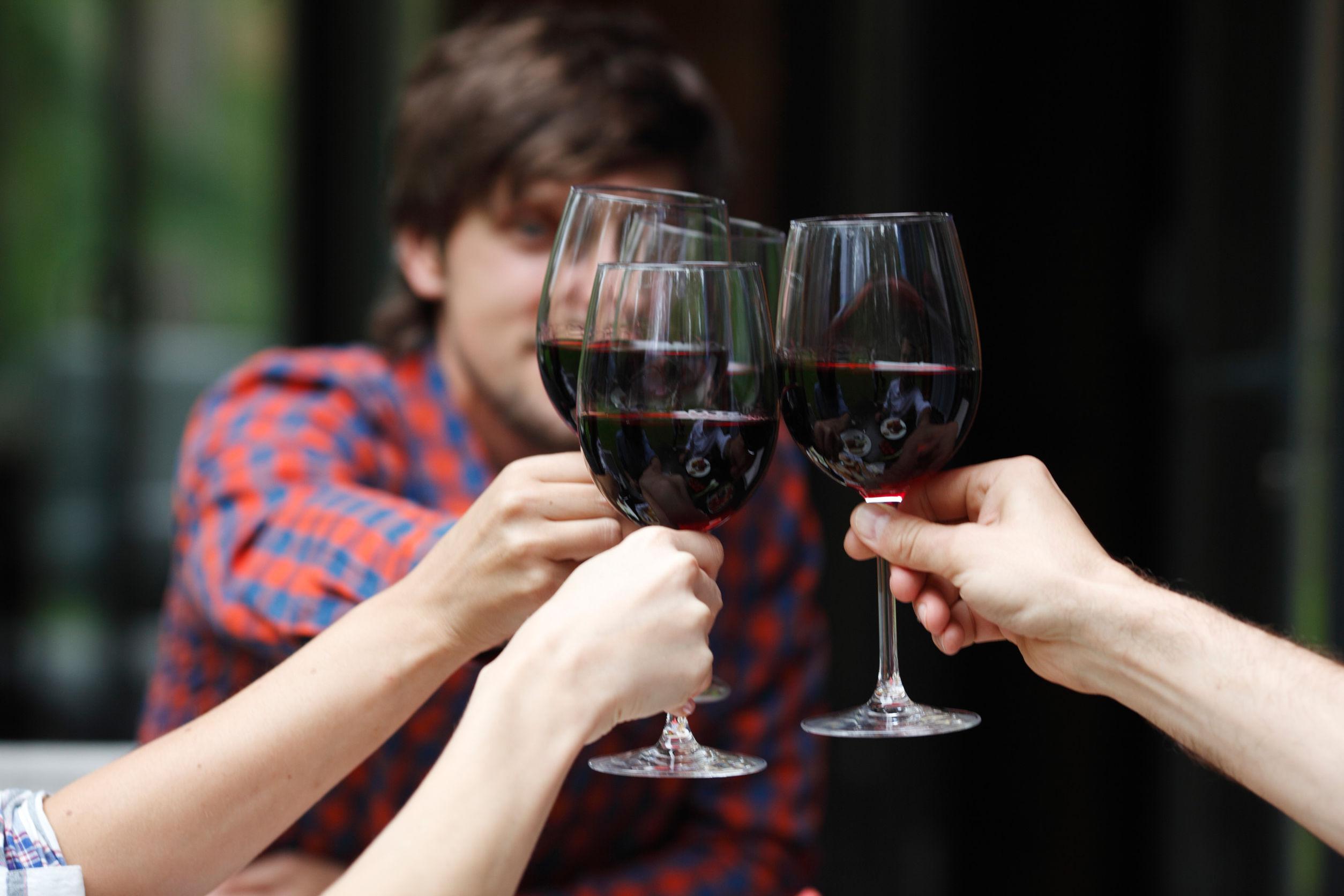 Cercetătorii au descoperit ora vinului. Când se bea cel mai mult