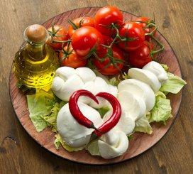 """Junk food, """"mai puţin periculoasă"""", atunci când este asociată cu dieta mediteraneană"""