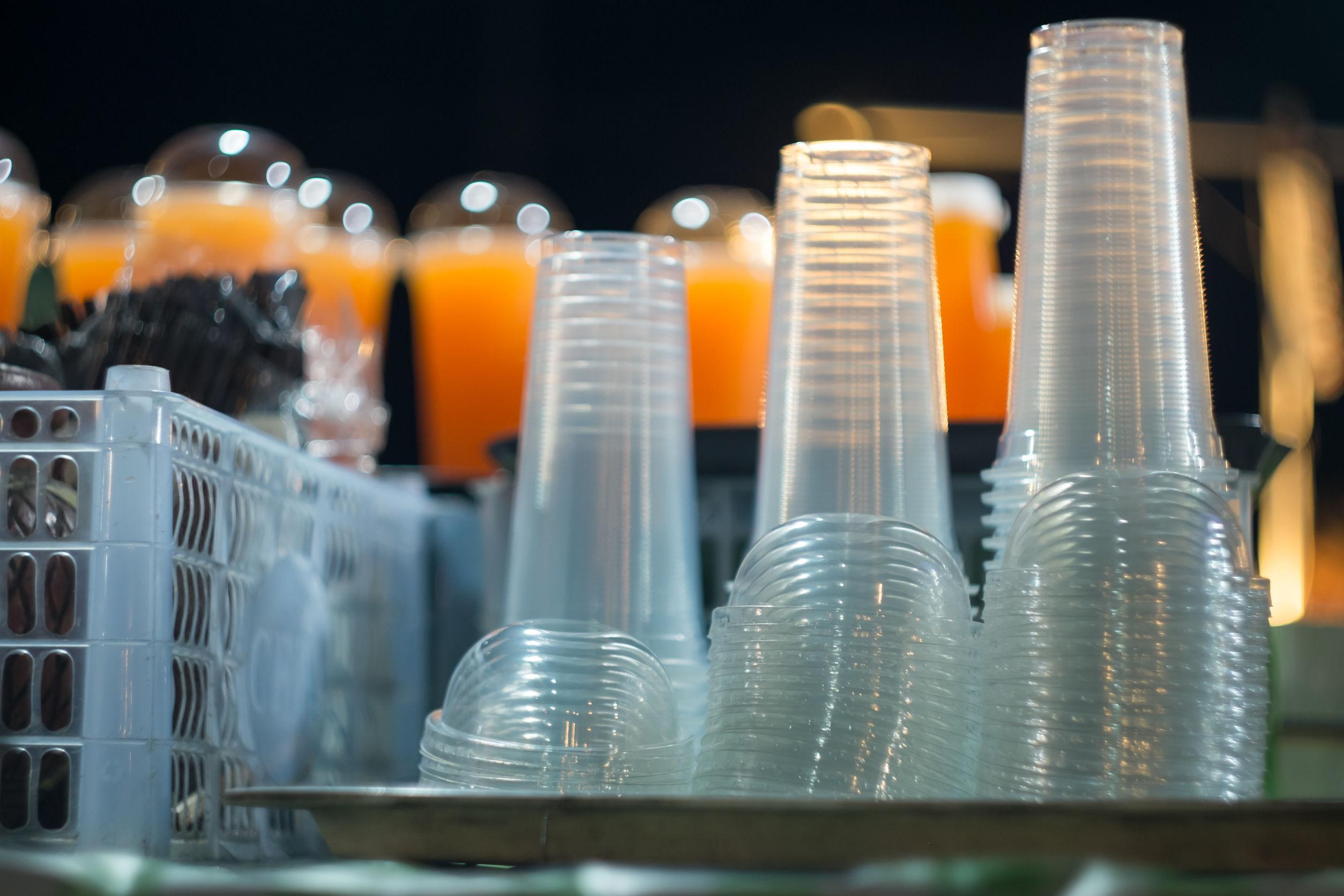 Franţa interzice paharele, farfuriile şi tacâmurile din plastic