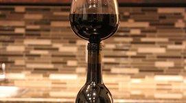 Paharul din sticla de vin. Cum funcţionează Guzzle Buddy
