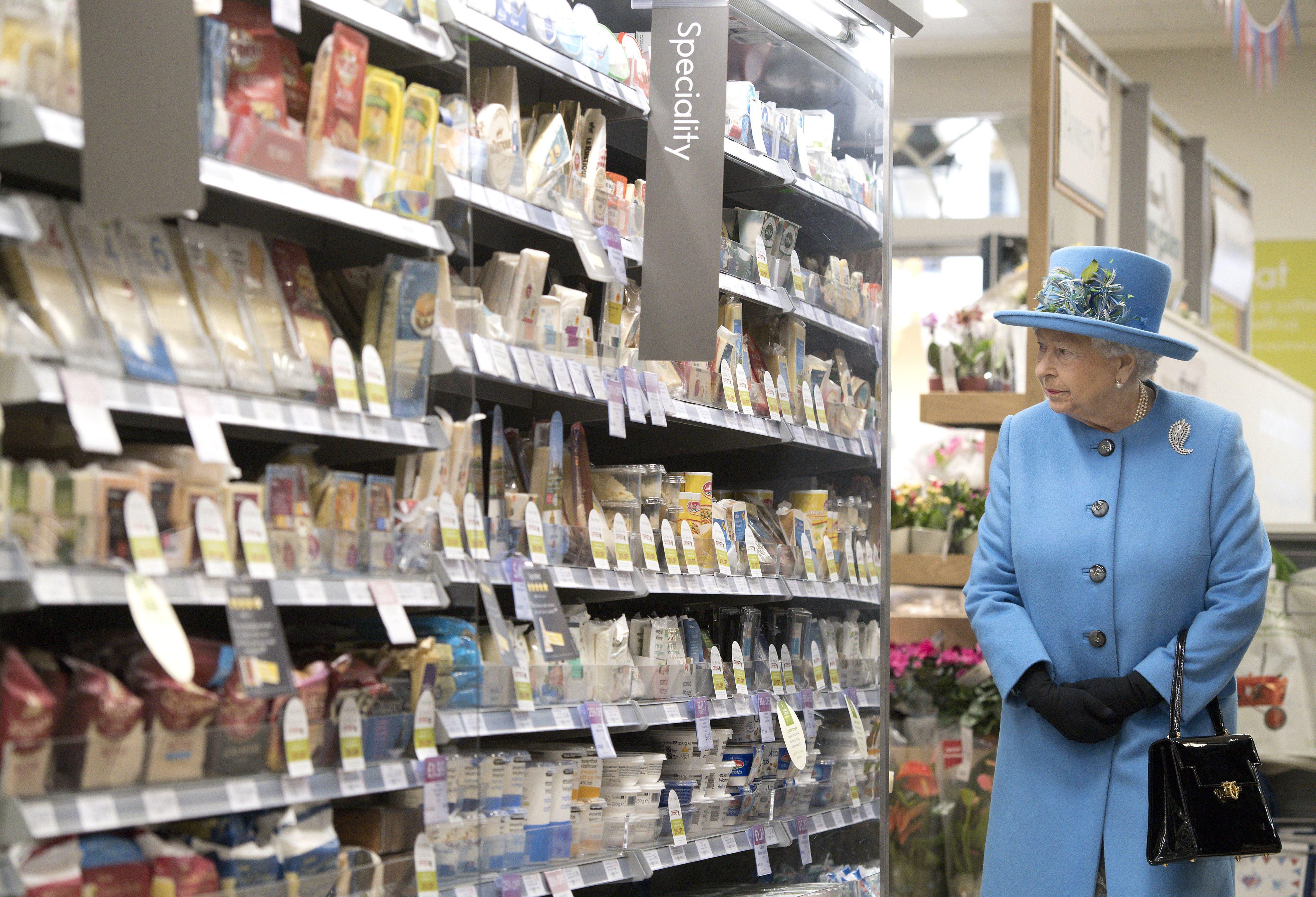 Regina Marii Britanii, într-o vizită rară la supermarket. Ce a cumpărat familia regală. FOTO