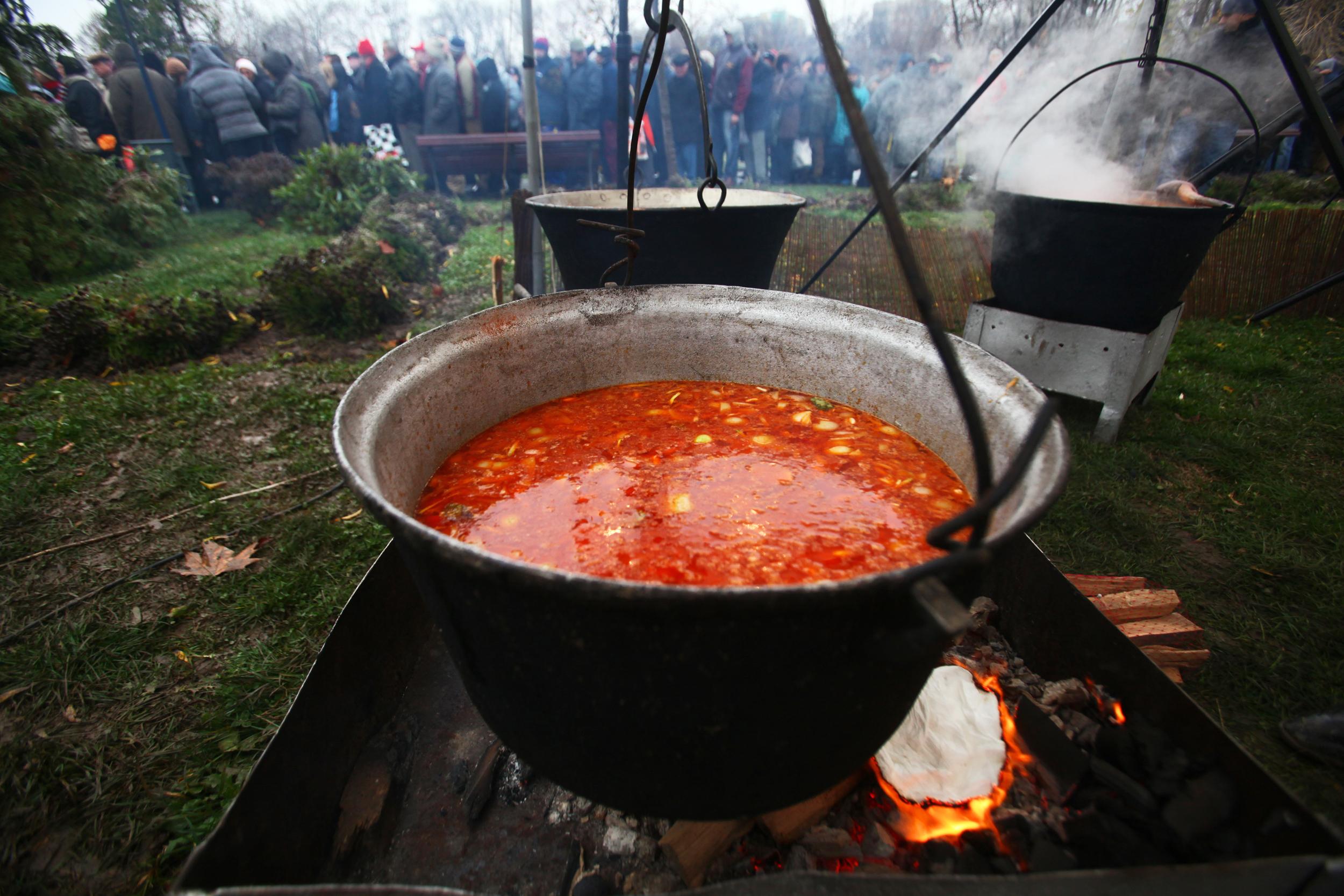 Cât de autentică mai este mâncarea tradiţională de 1 Decembrie? Fasolea provine 95% din import, costiţa şi cârnăciorii - 60%