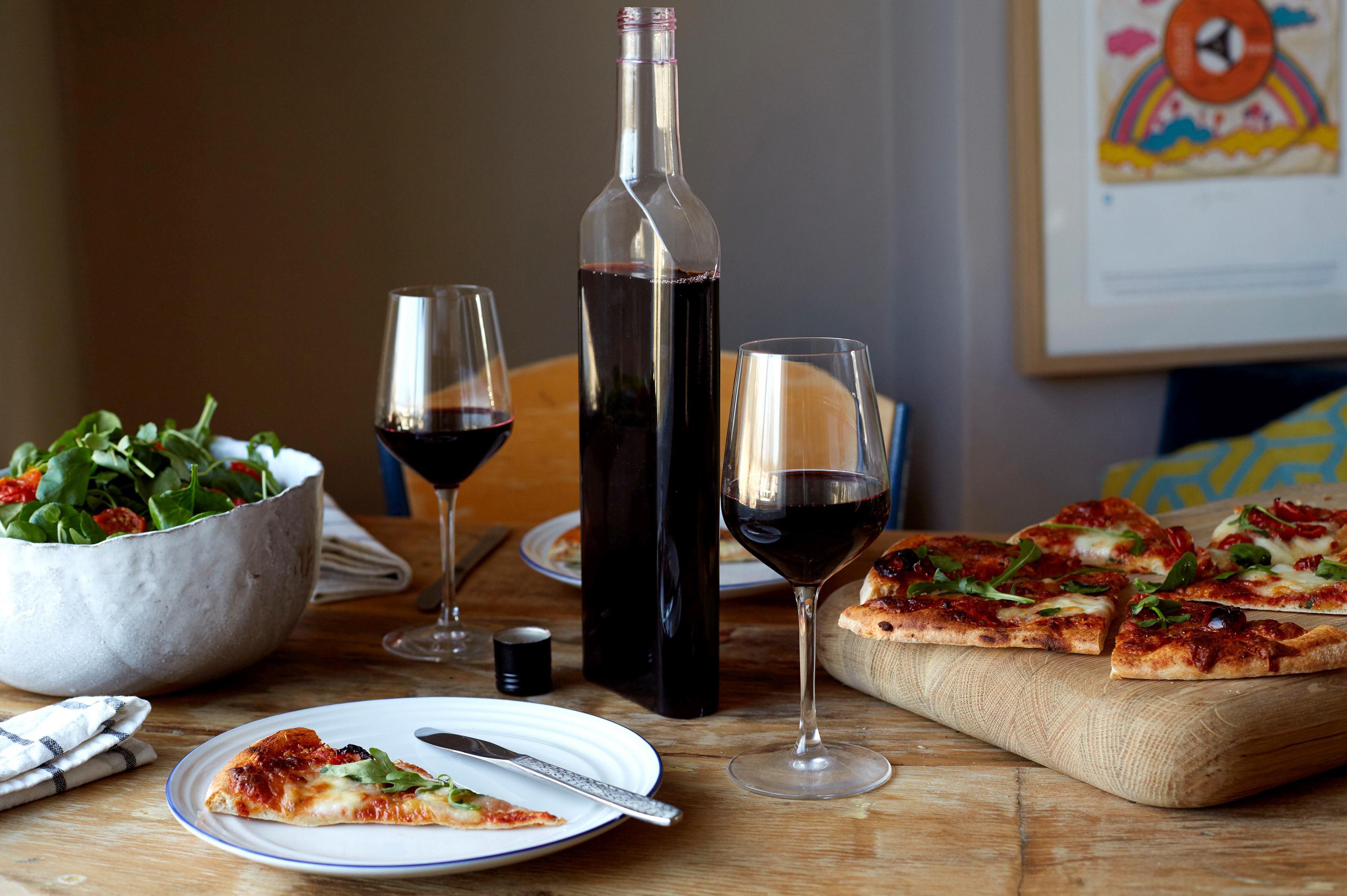Sticla de vin, cu o formă unică în lume, creată special pentru a fi livrată în cutia poştală