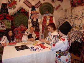 Tradiţii de Paşti de pe Valea Sălăuţiei: ouăle împodobite cu mărgele. Ce înseamnă culorile în care se vopsesc ouăle