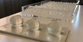 Sticla cu apă, pe care o poţi înghiţi, alternativa oamenilor de ştiinţă la sticlele de plastic