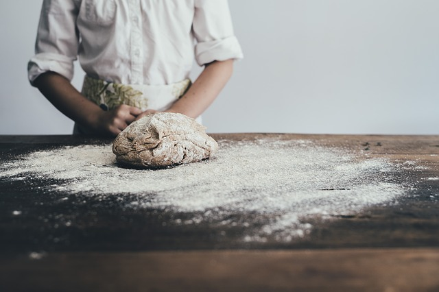 Psihologii explică beneficiile de a face prăjituri pentru alte persoane