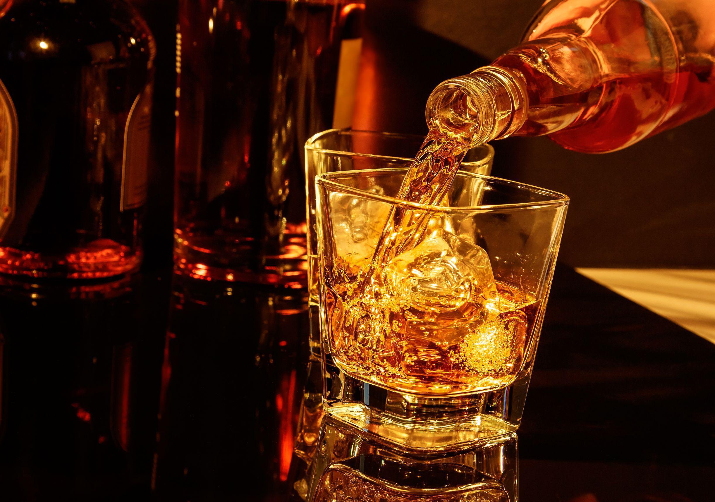 Un producător de băuturi spirtoase caută candidaţi care să călătorească în jurul lumii în numele whisky-ului