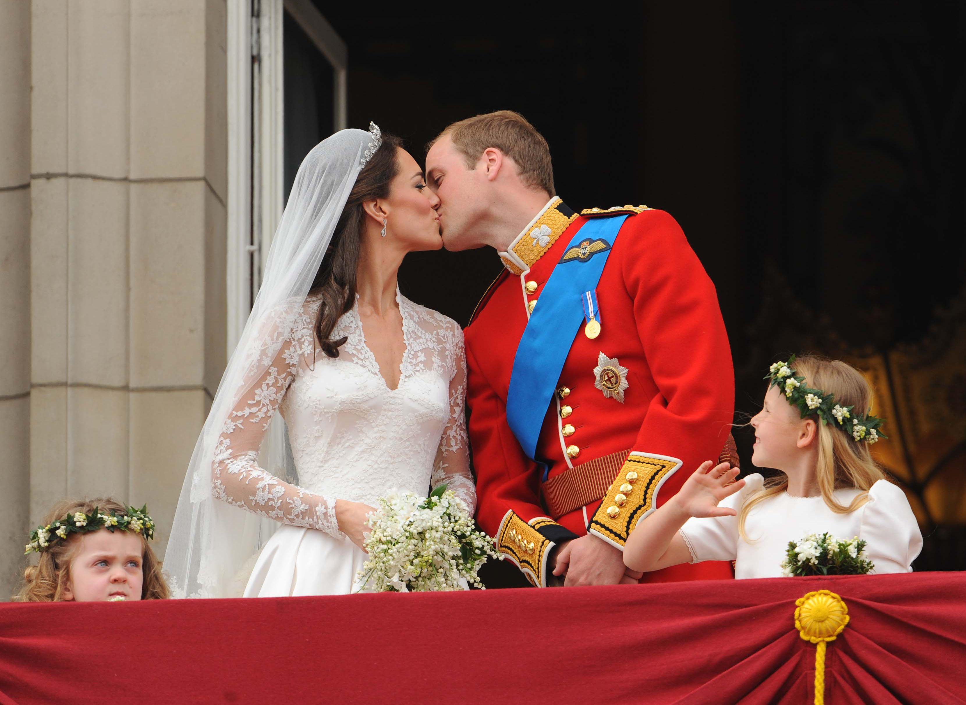 Prinţul William şi Kate Middleton scot la licitaţie o felie de tort de la nuntă