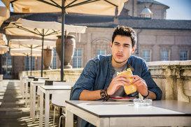 De ce bărbaţii nu trebuie să mănânce singuri?