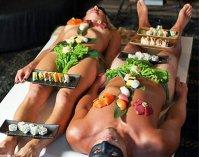 Imaginea articolului Locul unde mănânci direct de pe pielea goală a ospătarilor. Află unde este şi cât costă (VIDEO)