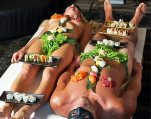 Locul unde mănânci direct de pe pielea goală a ospătarilor. Află unde este şi cât costă (VIDEO)