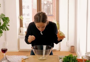 Gătitul cu gura, noul trend în bucătărie. Tu ai mânca ceva tocat cu dinţii bucătarului?