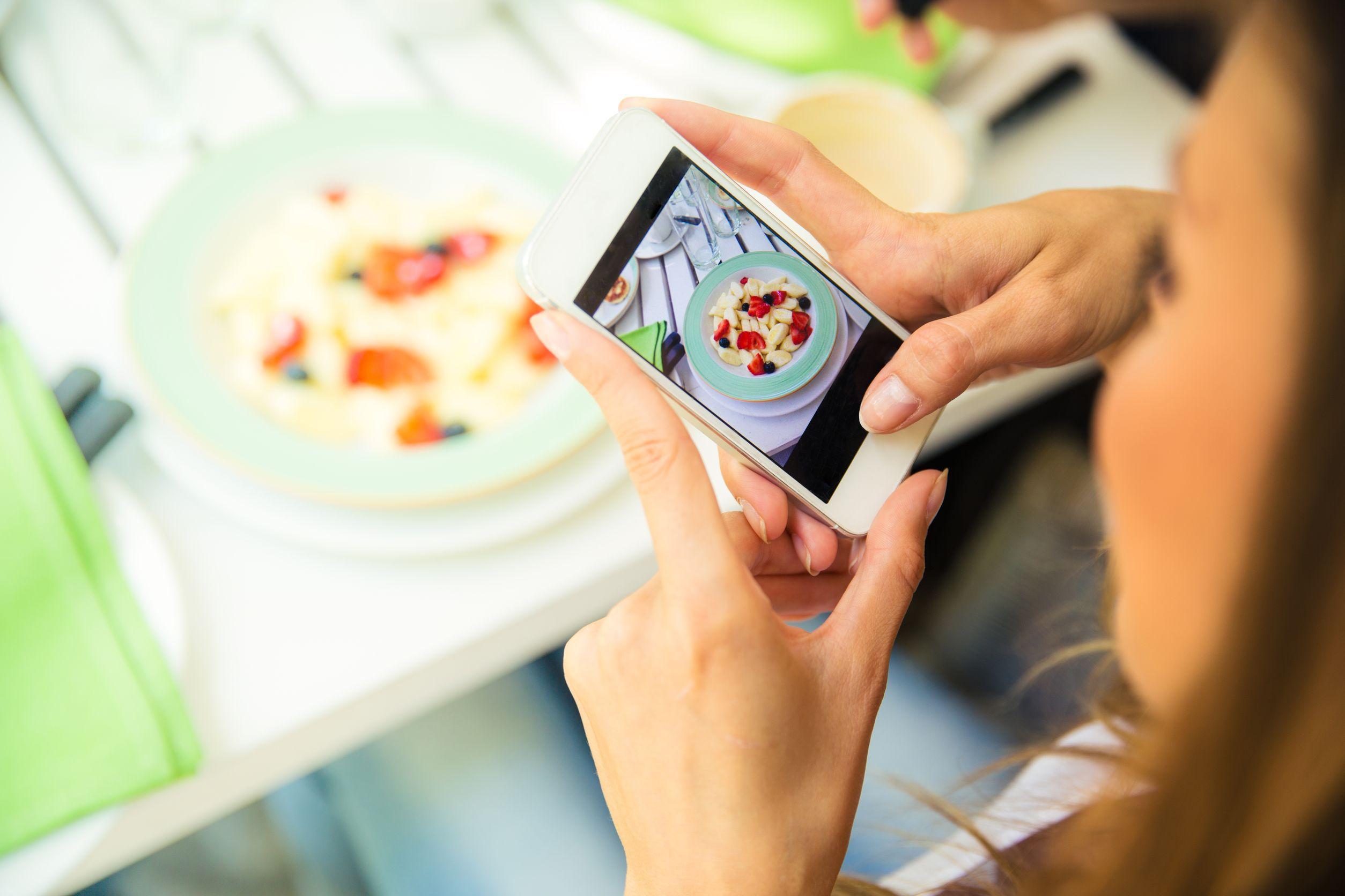 De ce mâncarea pe care o postezi pe Instagram este mai gustoasă