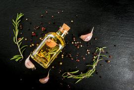Cum prepari acasă un ulei aromat pentru salate sau supe
