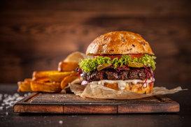 Cum pregăteşti burgerul perfect. Trei sfaturi de la Anthony Bourdain