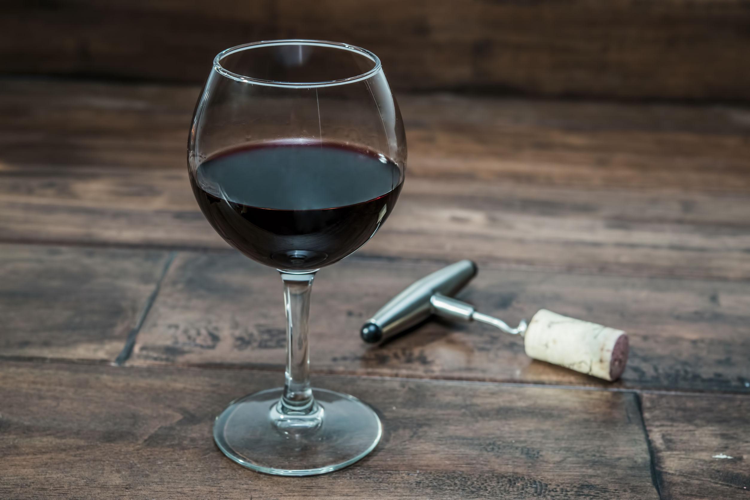 Când şi de ce se pune sare în paharul de vin