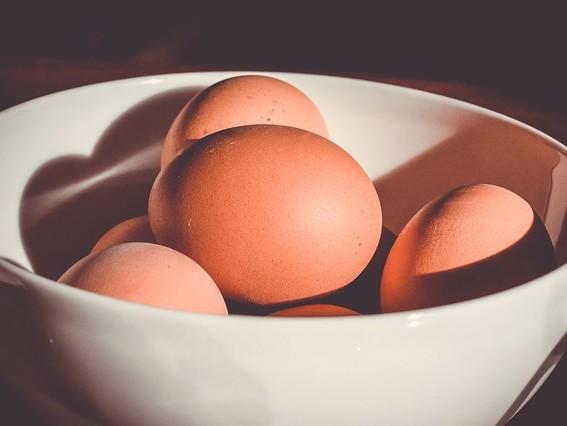 De ce ouăle nu ar trebui niciodată ţinute în compartimentul de pe uşa frigiderului