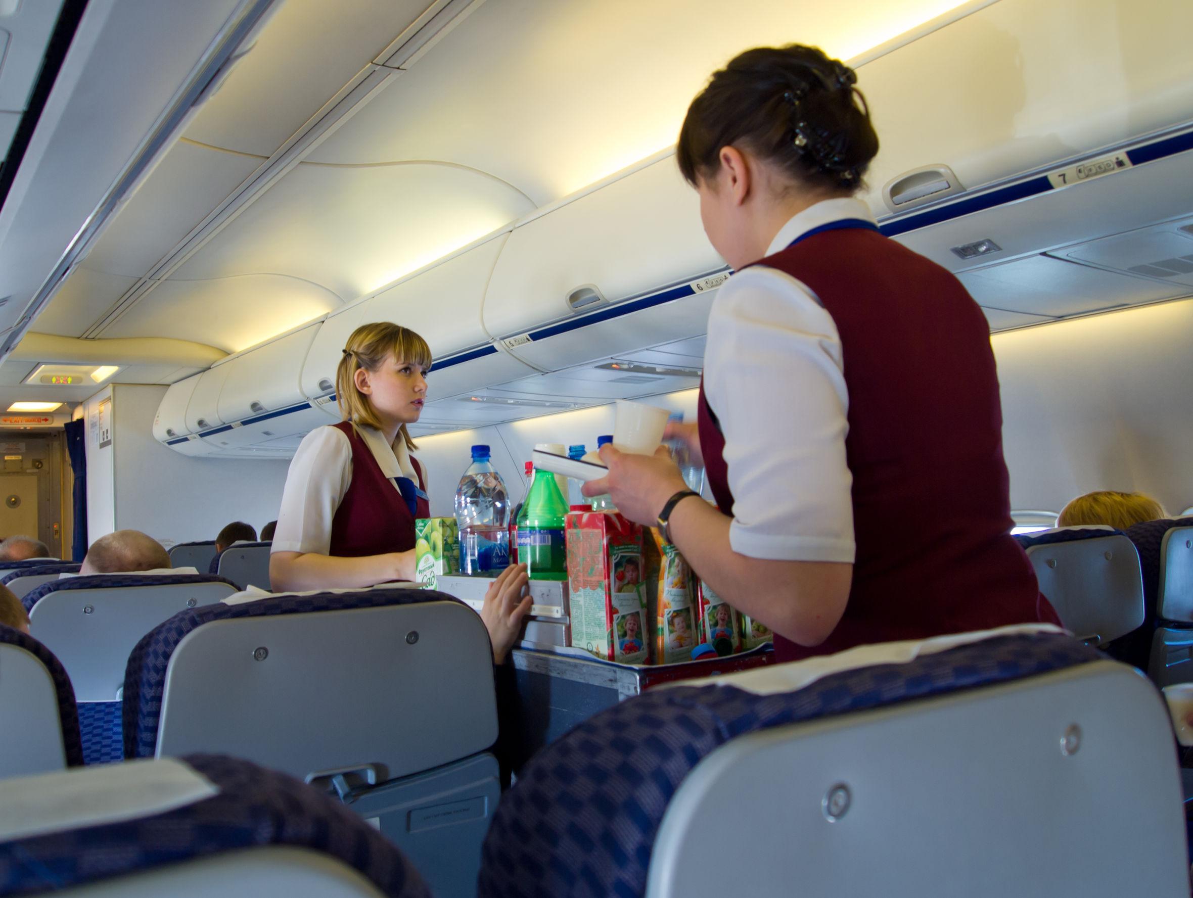 Zbori des cu avionul? Află care este singura mâncare sigură pe care o poţi consuma!