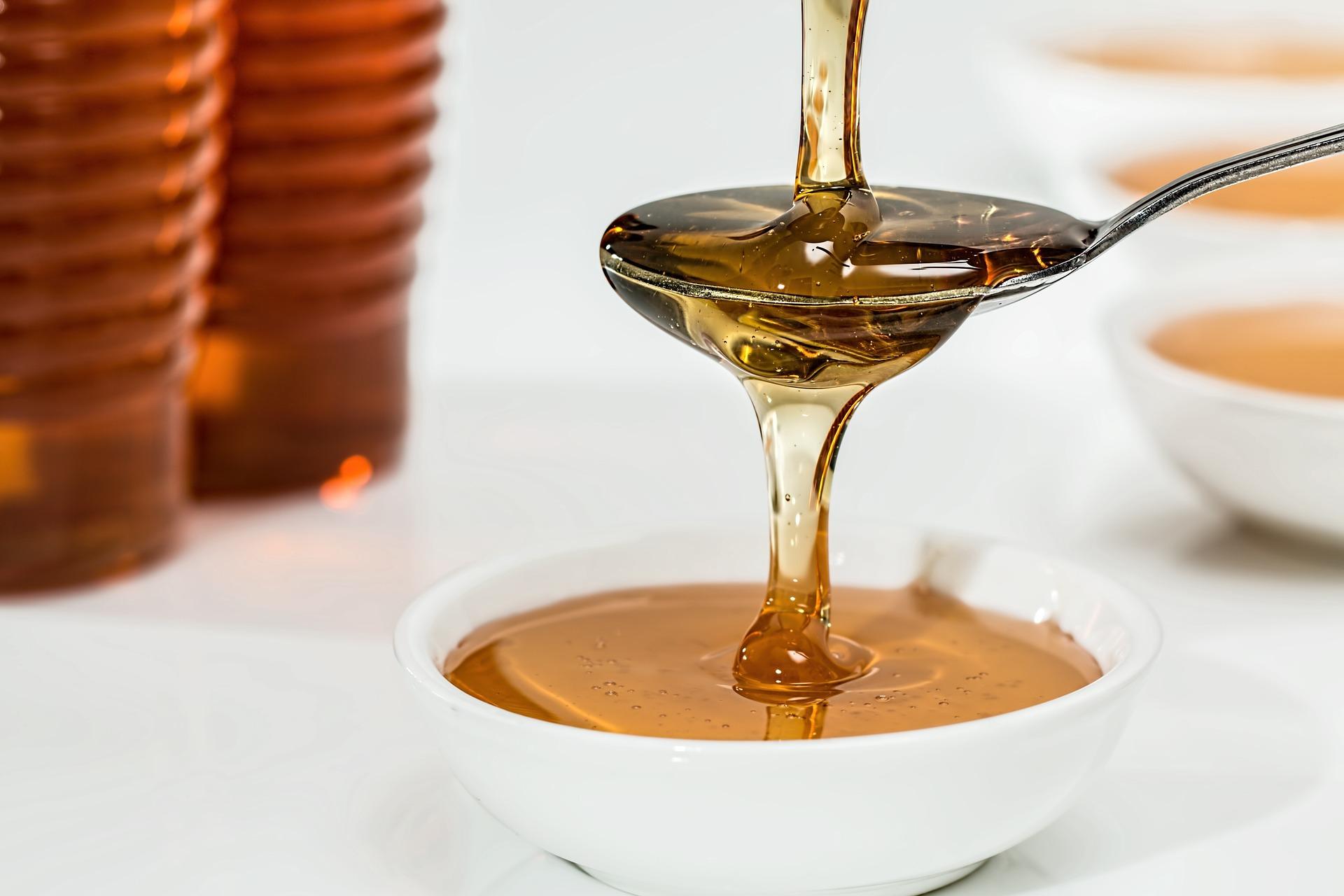 10 întrebuinţări mai puţin cunoscute pe care mierea le are în bucătărie