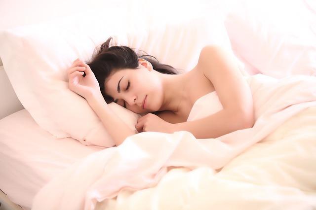 Alimentele care vă ajută să dormiţi mai bine