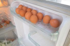 De ce nu este bine să ţii ouăle pe uşa frigiderului