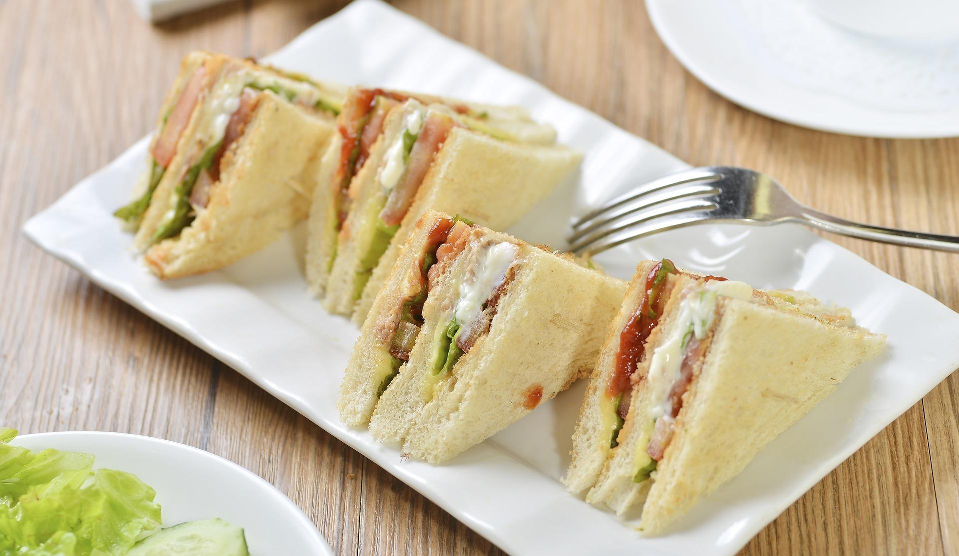 Studiu: Sandviciurile tăiate pe jumătate sunt mai gustoase