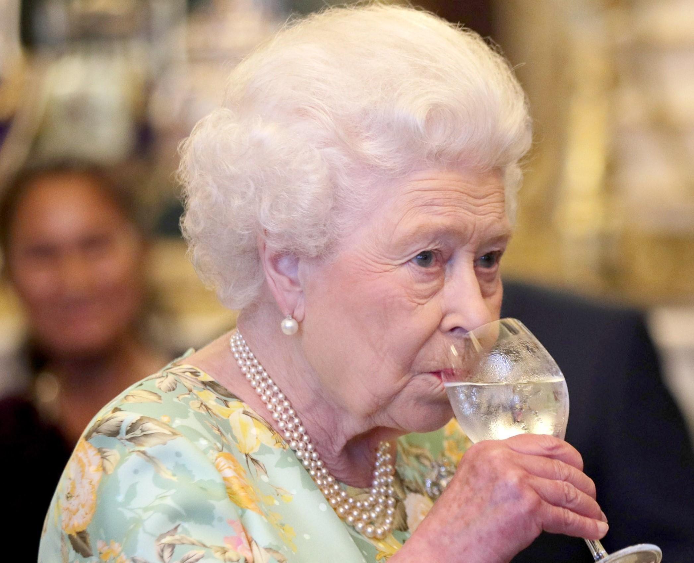 Regina Elisabeta a II-a bea până la 4 cocktail-uri în fiecare zi