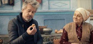 Brad Pitt ospătat cu vin şi plăcinte în noul clip de promovare a Republicii Moldova (VIDEO)