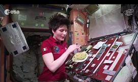 """""""Space-cooking"""" sau ce mănâncă astronauţii în spaţiu - VIDEO"""