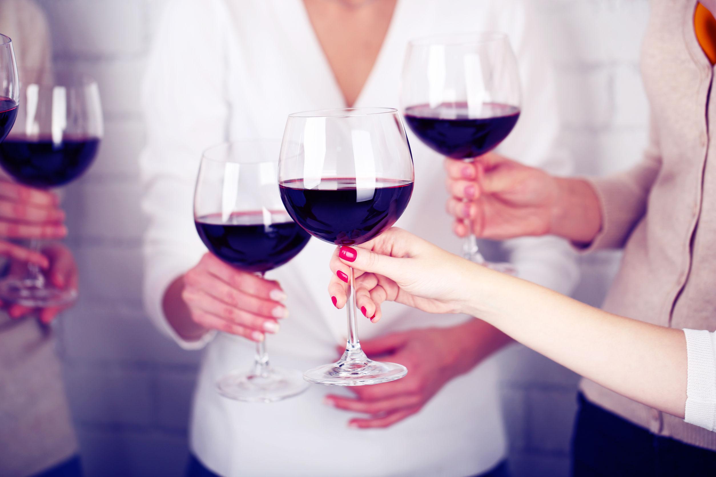 Femeia al cărei job este să bea 70 de pahare de vin într-o zi