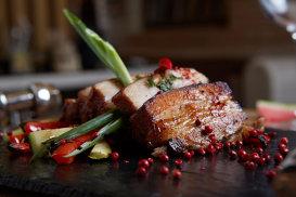 Salată de fructe cu mascarpone sabayon sau şuncă la cuptor cu glazură din dulceaţă de caise. Crăciun în stil australian